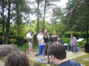 """Die Band """"Einfach Anders"""" begleitete die Lieder."""