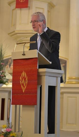 """Gemeinschaftsinspektor Gerhard Stolz spricht beim Brackeler TREFFPUNKT-Gottesdienst zum Thema """"Fan oder Nachfolger?"""""""