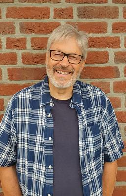 """Pastor Bernd Meyer, Hanstedt, spricht beim Brackeler TREFFPUNKT-Gottesdienst zum Thema """"Gott - kundenorientiert"""" Foto: LKG-Brackel"""